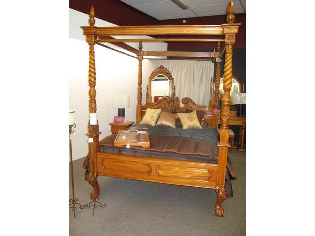 This is the Queen Anne period four-poster bed in a light finish. This is a handsome imposing bed, beautifully handcrafted in 100% mahogany and is a splendid example of Heirloom's superior furniture ..