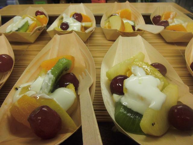 Fruit boats with Greek yogury and honey